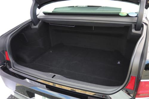 車体後部の荷室の扉は大きく開くので荷物の出し入れがしやすい。横幅、深さ、奥行き共に充分あり、雑布などを掛けるフックも備わる。