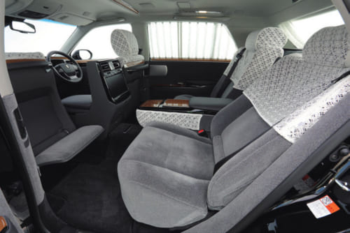 後席の背もたれはリクライニング式。助手席の背面に備わる足置き用ソファを出してゆったり寛げる。足元の敷物は手織りの丹後緞通。