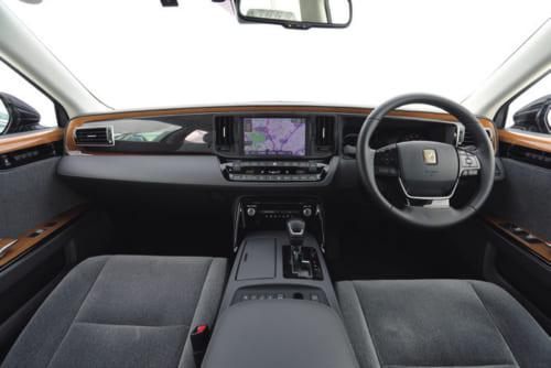 前席はタモ材の美しい本杢パネル以外に華美な装飾はない。ハンドルや運転席回りに数多くのスイッチが配されているが、操作はしやすい。