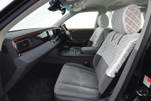 座席は適度に柔らかく座り心地はいい。後席に備わるスイッチで助手席を前後に動かしたり、背もたれの角度などを調節できる。