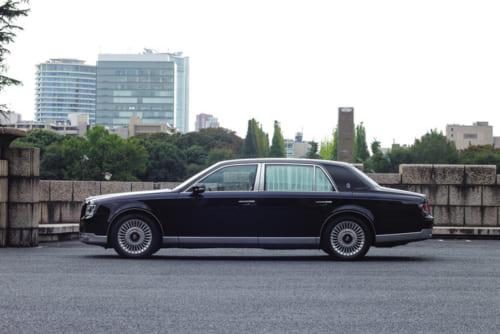 全長は先代より65mm長くなり、後席空間がより広くなった。専任の工匠による車体側面(窓下)のラインや鏡面仕上げがじつに美しい。タイヤも16インチから18インチに変更された。