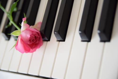 【【最後の恋】本当に恋愛したい相手は、40歳以上年下の「女子大生」。デートクラブで出会ったのはピアノが得意な音大生だった………