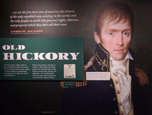 貧しいアイルランド移民の家に育ち、独学で弁護士に。ニューオリンズ戦争で大勝利を収め、たちまち大衆の人気者になったアンドリュー・ジャクソン。ニックネームは「オールド・ヒッコリー」。大統領にニックネームが付けられたのも、史上初であった