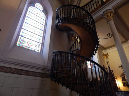 もう一度、写真をよく見ていただきたい。階段の右側中央に、頼りないながらも渦巻き模様の支えが写っている。