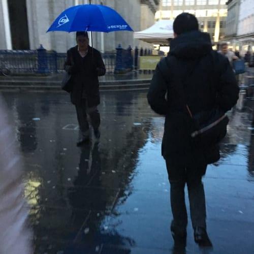 ゴルフ傘を街で使う男性は意外と多い。