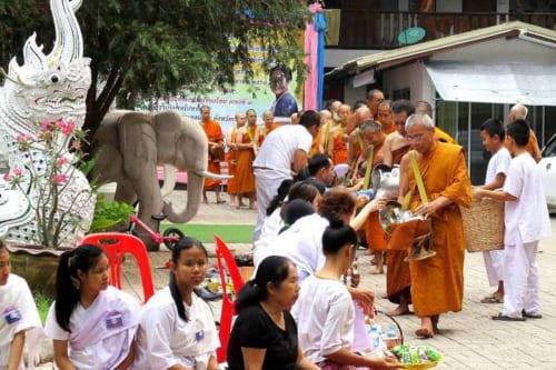 毎朝7時に行われる「托鉢」。 タイ全土でみられる光景だ。