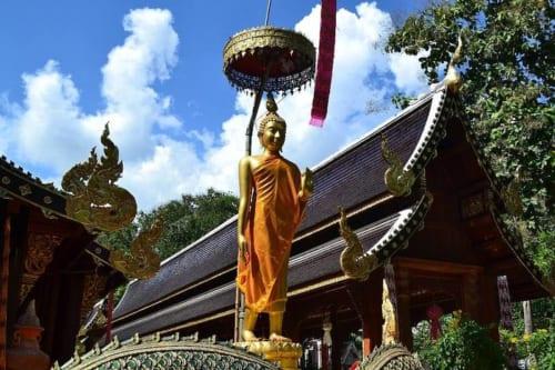 歩く瞑想の理想形「遊行仏」。仏陀が三十三天から降下する姿とされる。