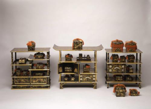 書棚(左)・厨子棚(中央)・黒棚(右)(黒漆松唐草牡丹紋散蒔絵雛堂道具) 德川記念財団蔵