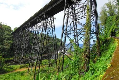 道路に改修された鉄道トレッスル橋