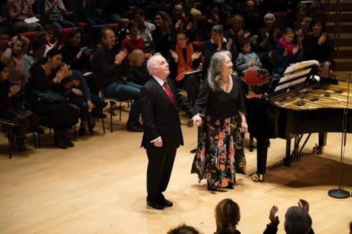 コンサート終了後に挨拶をするバレンボイムとアルゲリッチ。