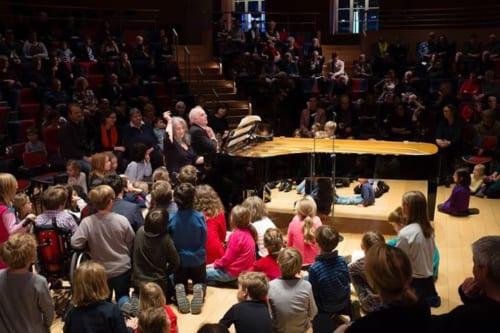 大人は普通に客席に座って鑑賞したが、子供達はピアニストの足元のクッションに座らせてもらい、世界で五本の指に入るピアニストたちの演奏を肌で感じるという貴重な経験をした。