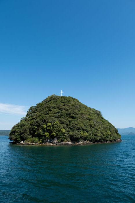 横瀬浦の沖合いに浮かぶ八ノ子島。