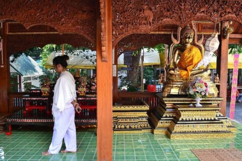修行コースに参加せず、境内で自主的に瞑想にチャレンジしても構わない。