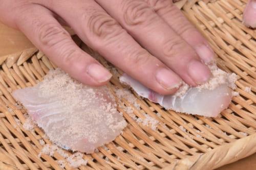 切り身に塩(分量外)をまんべんなくまぶす。塩の量はたっぷりめにすりこむ。