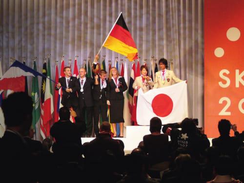 平成19年、第39回「国際技能競技大会」の造園部門で、強豪のヨーロッパ勢をおさえて小杉造園の選手ふたりが頂点に立った。日本はもちろん、アジア地域初の快挙であった。