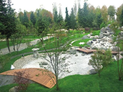 小杉造園の海外進出第1号の日本庭園は、アゼルバイジャン共和国にある。平成21年、都市公園の中の約2650平方メートルという敷地に築山回遊式の枯山水の日本庭園を作り上げた。流れる水を砂で表現、苔代わりの芝で同国の国旗の三日月と八稜星を描いた。