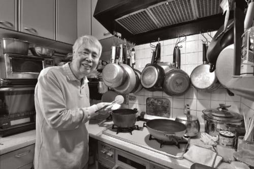 """""""男の料理""""が珍しかった時代から日常的に台所に立つ。冷蔵庫の残り物でつくる名もない創作料理が得意。今夜のおかずは、おでん。大根によく味がしみている。"""