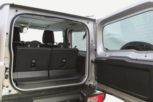 車体後部の扉は右側にヒンジが付く横開き式を採用。