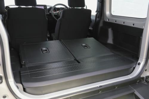 後席の背もたれを前方に倒せば、床面が平らな広めの荷室となる