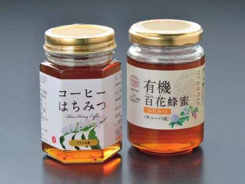 愛食の蜂蜜2種。キューバ産「有機百花蜂蜜」は、酸味を感じさせるさっぱりした甘さと、百花の香りとコクが特徴(山田養蜂場 電話:0120・383・830)。ブラジル産「コーヒーはちみつ」は、ほんのりとコーヒーの花の香りが漂い、コーヒーの砂糖代わりにもお薦めだ(藤井養蜂場 電話:0946・52・2151)。