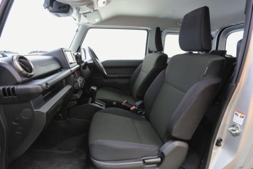 左右の乗員間距離を先代より40mm拡大し、居住性が向上した前席。背もたれ、座面とも撥水加工されている。座面の高さ調節はできない。