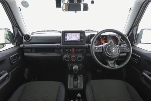 機能性重視の運転席まわり。セレクターレバー奥に4つ並ぶセンタースイッチは、手袋をしたままでも操作できるよう大きめに作られている。