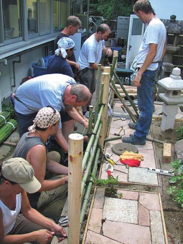 熱海研修所では海外の造園家を対象に、実践的な日本庭園の作庭研修を実施。参加者の輪は世界中に広がり、作庭の他に書道や茶華道など日本文化に親しむ機会ともなっている。