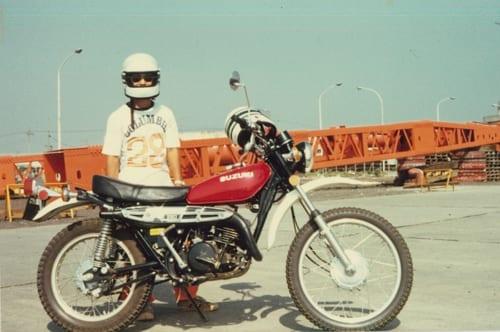 今、スズキの『ハスラー』といえばクロスオーバーSUVだが、昔はオートバイの名前だった。