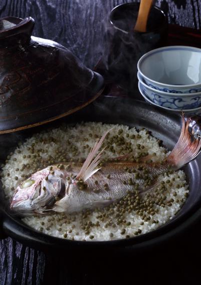 15分間蒸らしたあと、山椒の実を振りかける。塩茹で処理された市販のものを購入する。鯛の身をほぐし、椀に盛り付ける。上品な鯛と出汁の味を山椒の香りが引き立てる。