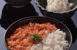 手前から鮭と鱈のフレークをご飯にのせた二色丼、鱈のフレーク、鮭のフレーク。切り身が細かくなっているほど、口当たりがよくなる。
