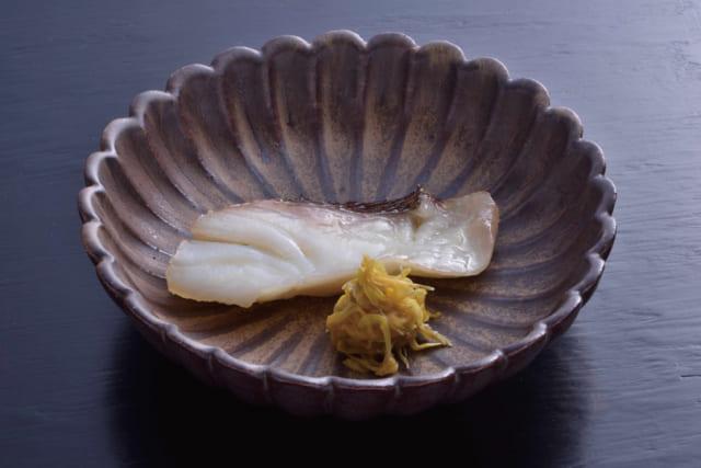 西京漬けは焼いて食す。魚の旨みと味噌床の旨みが溶け合う。手前は食用菊の酢漬け。西京焼きには、酸味のあるあしらいが合う。