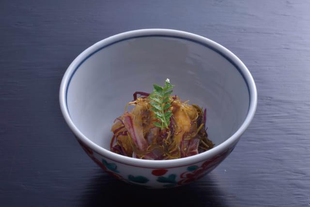 松前漬けは用いる魚介によって、様々な味を楽しめる便利な一品だ。やや鮮度が落ちる魚介でも、松前漬けにすれば美味しく食べられる。