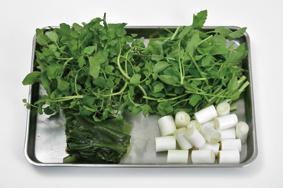 長葱は約2.5cm、ワカメは約8cm、芹は約6cmに切る。クレソンは下部の軸を切る。