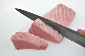 大トロを約3cm幅(写真)、中トロを約1.5cm幅に切る。煮ると身が締まる大トロは厚切りに。
