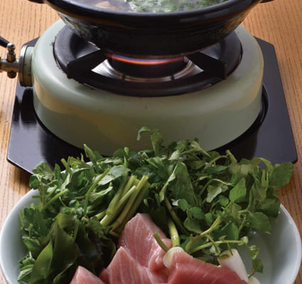 ねぎま鍋は鮪の旨みが染みた葱も美味しい。「味が強い鮪には、香味野菜の芹せりやクレソンなどが合います」と山崎さんは話す。