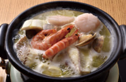 汁が沸騰してからハマグリとアサリを先に、崩れやすい切り身と貝柱を次に入れる。加熱すると赤くなる海老を上にすれば彩りがよい。