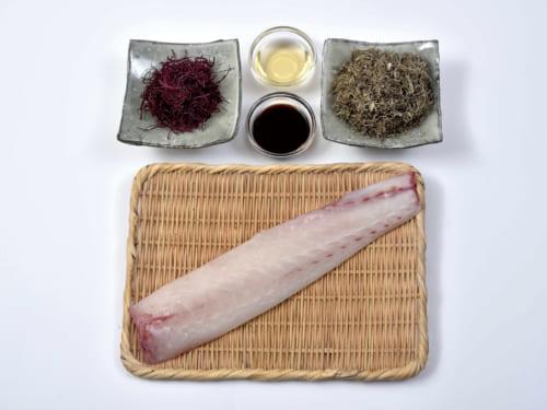 手前は鯛の皮付き半身(西京漬け共用)。奥は左が乾燥ふのり5g、右が納豆昆布30g、中央は醤油大さじ2、にきり酒大さじ2(倍量の日本酒を煮詰めて作る)