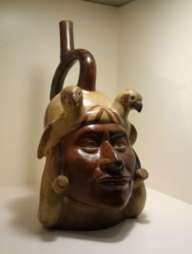 モチェの戦士を模った写実的な土器。