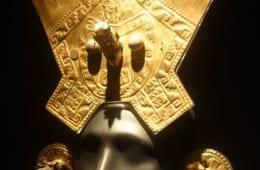 眩いばかりの黄金製品も多数展示されている。