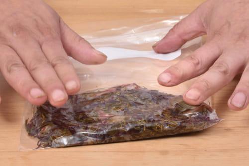 チャック付きポリ袋に全ての材料を入れる。平らにし空気を抜きチャックを閉じて冷蔵庫に入れる。