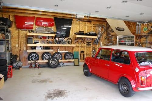 クルマとオートバイのストック用パーツが綺麗に整理されているガレージ。「直せる故障はできる限り自力で直す」が、秋葉さんの信条だ。