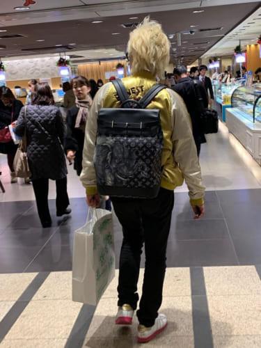 イベント後、帰路の東京駅で偶然に見つけた箭内氏。左手には、しっかりと盛岡冷麺が。