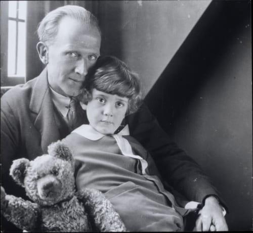 A.A.ミルン、クリストファー・ロビン・ミルンおよびプー・ベア ハワード・コスター撮影、1926年 (C)National Portrait Gallery,London.