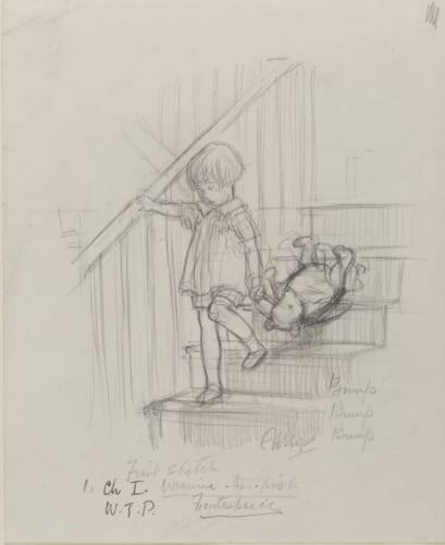 「バタン・バタン、バタン・バタン、頭を階段にぶつけながら、クマくんが二階からおりてきます」『クマのプーさん』第1章、E.H.シェパード、鉛筆画、1926年、V&A所蔵 (C)The Shepard Trust