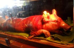 見た目のインパクトが大きい子豚の丸焼き・レチョン
