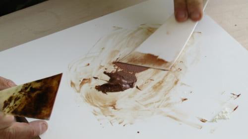 生漆と小麦粉が充分に練り合わされて麦漆になる
