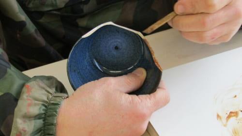 麦漆が器の断面に塗られる