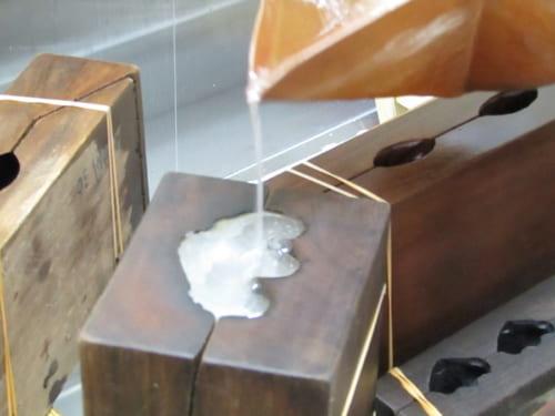 木型に煮詰めた砂糖を注ぎ込む