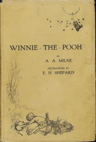 『クマのプーさん』初版本、1926年;メシュエン社によりロンドンにて出版;ジャロルド&サンズ社印刷、V&A内ナショナル・アート図書館所蔵 (C) Image coutesy of the Victoria and Albert Museum,London