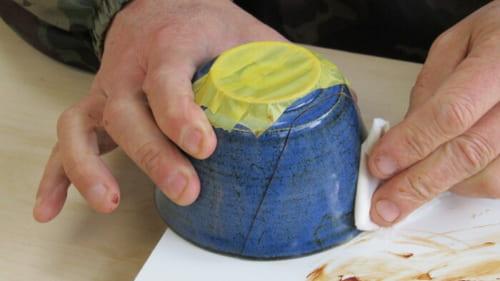 接合部からはみ出た麦漆を拭き落としてゆく